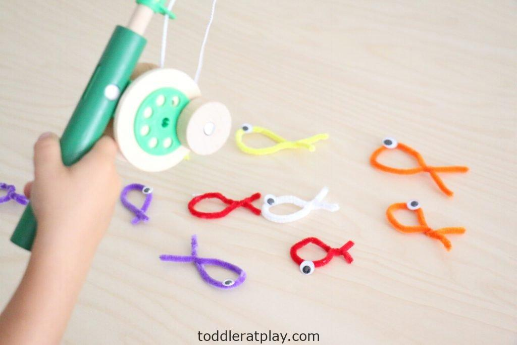 pipecleaner fishing- toddler at play (12)