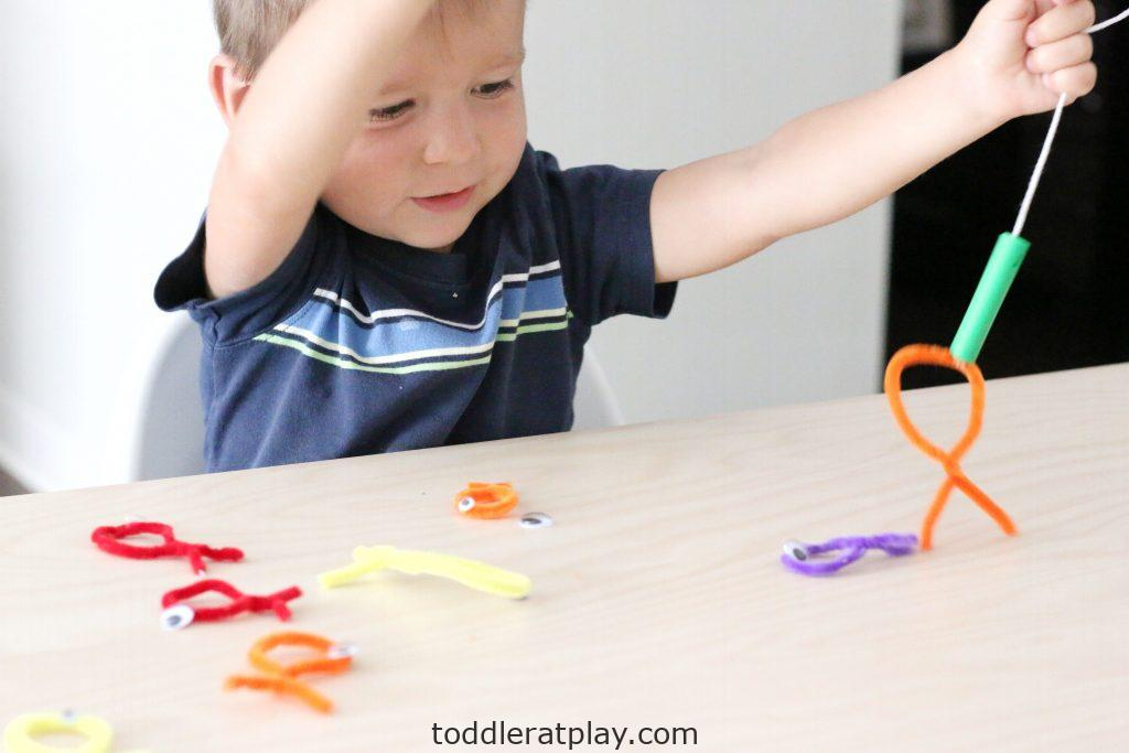 pipecleaner fishing- toddler at play (13)