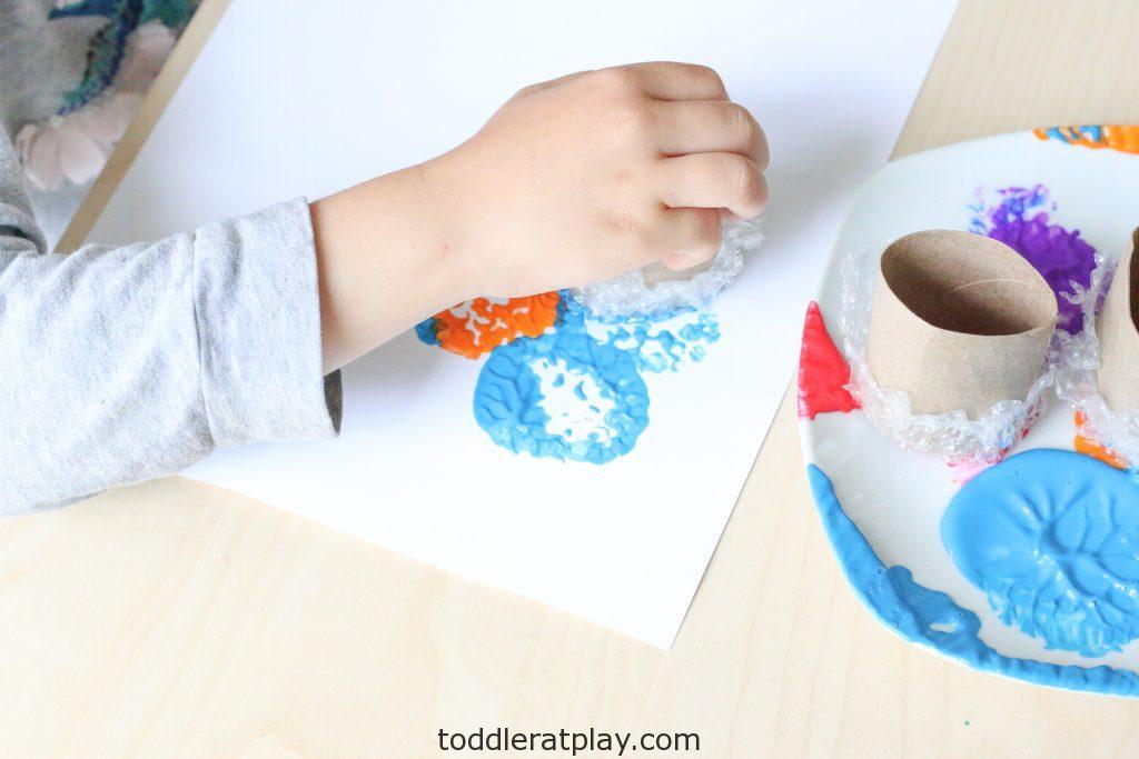 diy bubble wrap stamp art- toddler at play (6)