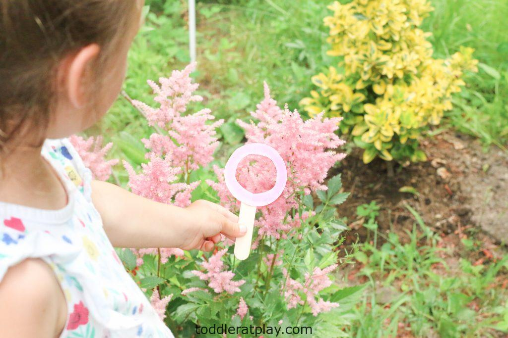 outdoor magnifying glass color hunt - toddler at play (1)